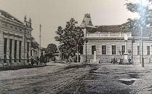 Spomen-obeležje kralju Petru ispred gradske kuće, 1926. , Foto: Monografija Bačke Topole